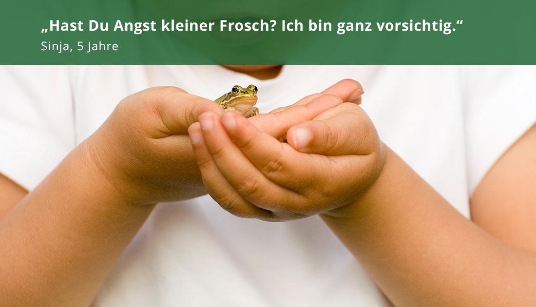 Kind mit Frosch in der Hand