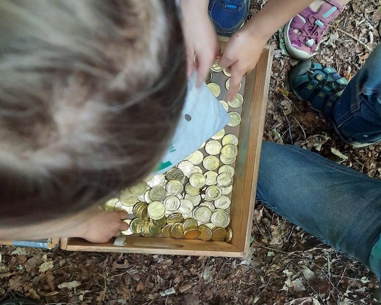 Kinder mit Schatzkiste voller Goldstücke