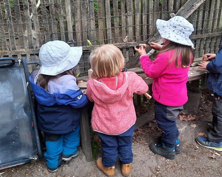 Kinder bauen Korkenschiffchen, Werkbank