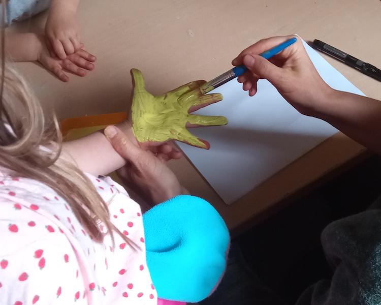 Kinderhand wird bemalt, Handsonnen, Kunst im Wald
