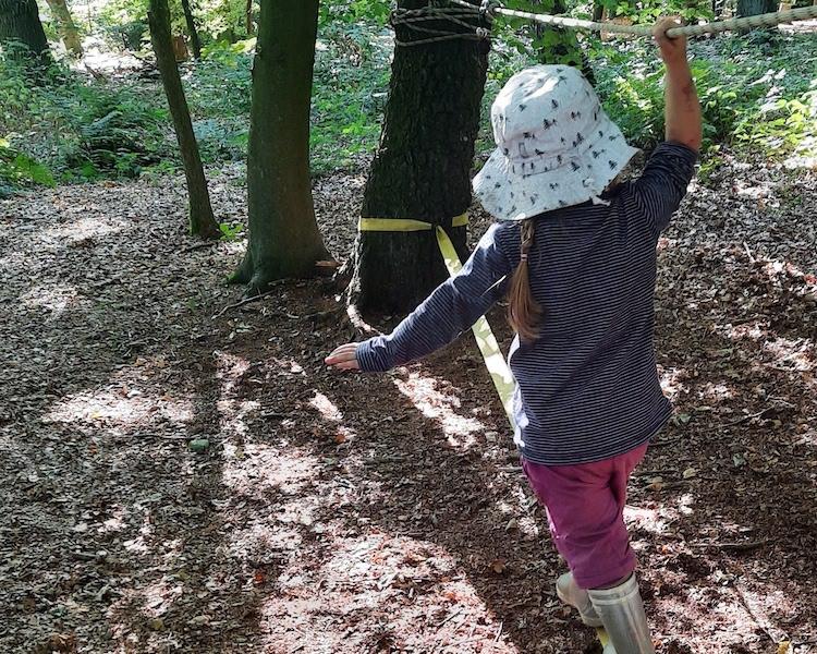 Slackline, Seilaufbau, Kind klettert