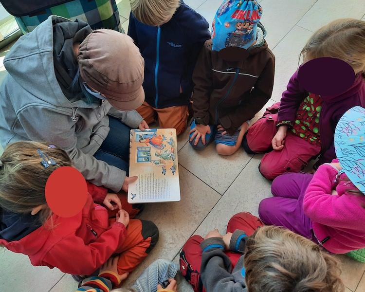 Kinder suchen Buch aus, Besuch Bücherhalle