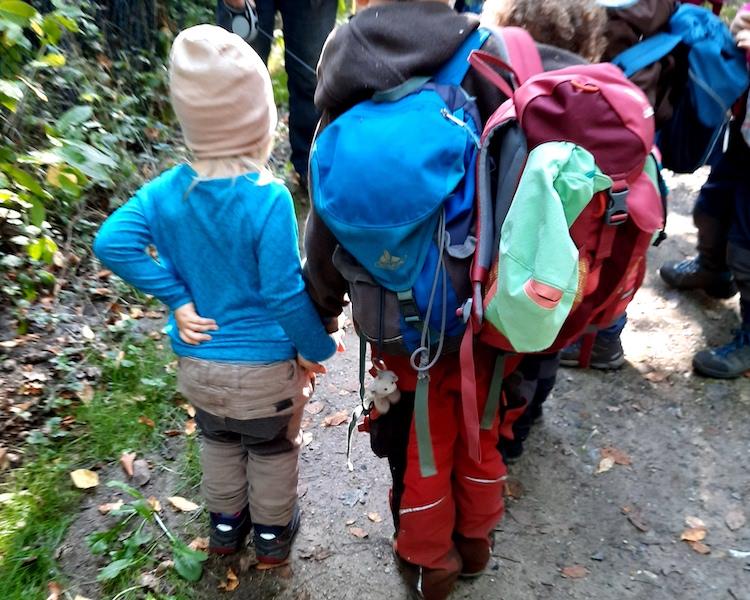 Waldausflug, Hand in Hand, Kinder