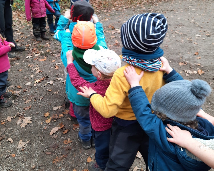 Kinder spielen Bummelbahn, Wald, Ausflug