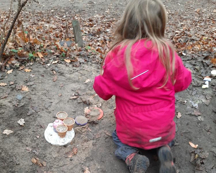 Kind bereitet Essen vor, spielt Besuch, Garten