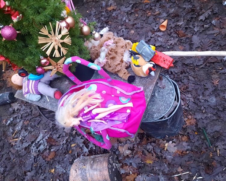 Spielzeugtag, Puppe, Spielzeug im Wald