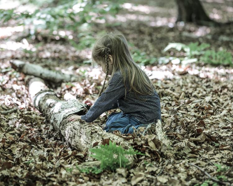 Kind am Baumstamm, Wald, Ruhe, Konzept