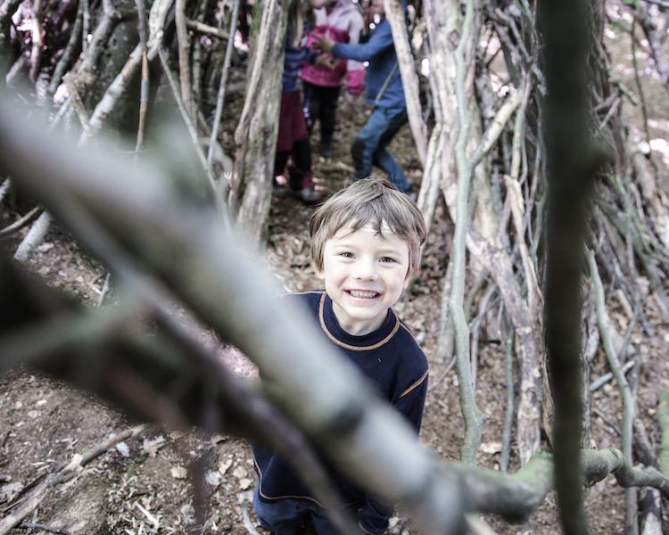 Kind im Wald, Tipi